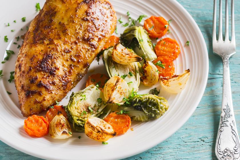Bazsalikomos csirkemell fűszeres, sült zöldségkörettel: egyszerű, fenséges főfogás
