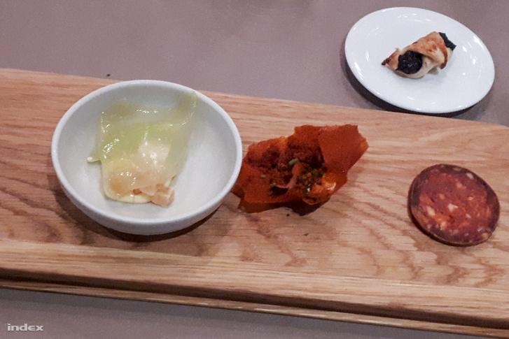 A St. Andrea üdvözlő tálkája: kerti saláta, kolbász, tejfölös paprikacsipsz és szilvalekvárral töltött hájas tészta