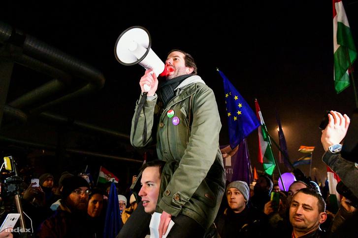 Fekete-Győr András az MTVA Kunigunda utcai épületet előtt tüntet 2018. december 16-án