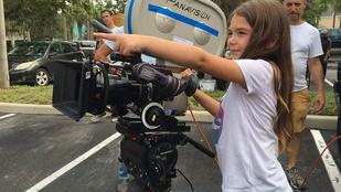 Ez a nyolcéves kislány épp egy filmet rendez