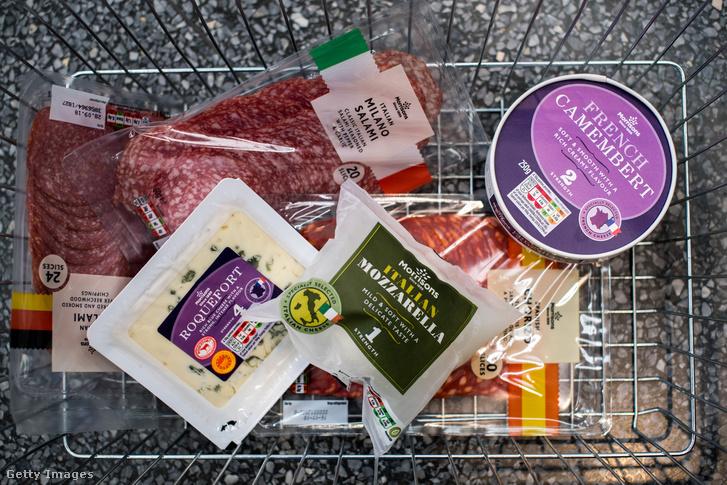 Európából származó hús- és sajttermékek egy bevásárlókosárban a Morissons szupermarket hálózat egyik üzletében, Londonban