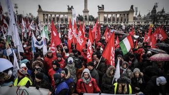 Tüntetés a Kossuth téren: álljon le az ország, legyen sztrájk