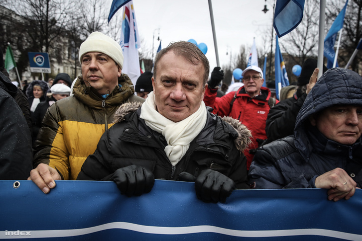 Varju László vonul a tüntetőkkel az Andrássy úton
