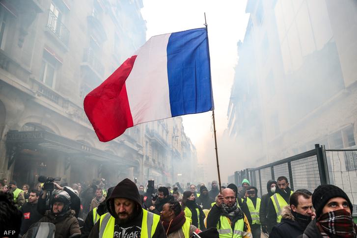 Az AFP francia hírügynökség helyszíni tudósítója szerint az összecsapások a rendvédelmi szervekkel a polgármesteri hivatal közelében azután alakultak ki, hogy a kezdetben békésen vonuló aktivisták soraiból kövekkel és palackokkal dobálták meg a rendvédelmi szervek tagjait.
