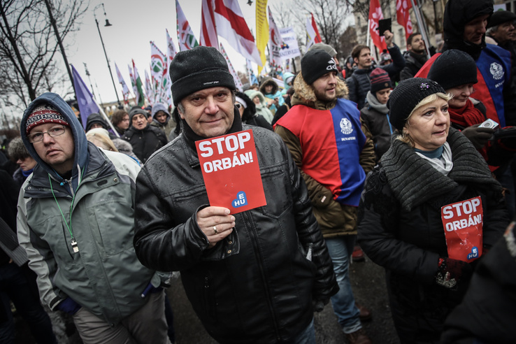 Délután fél három után a tüntetők elindultak az Andrássy úton a Hősök teréről a Kossuth térre.