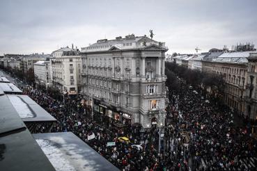 Az Andrássynál szűkebb Bajcsy miatt  megnyúlt a tömeg, visszafelé nézve nagyjából a Deákig lehetett zászlókat látni.