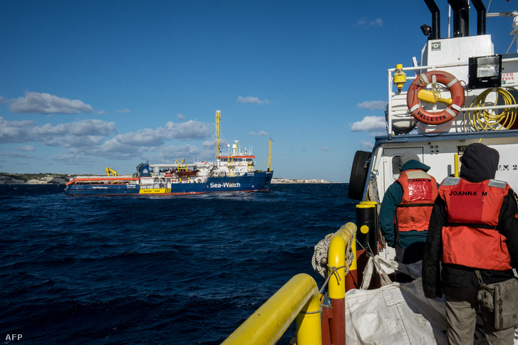 Sea Watch hajója 32 menekülttel a fedélzetén a Földközi-tengeren 2019. január 4-én