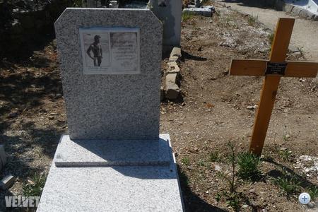 A sír messziről