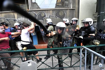 A pireuszi kikötőben már látszanak is ennek jelei, a szakszervezetisek meggátolták, hogy kompok induljanak el.