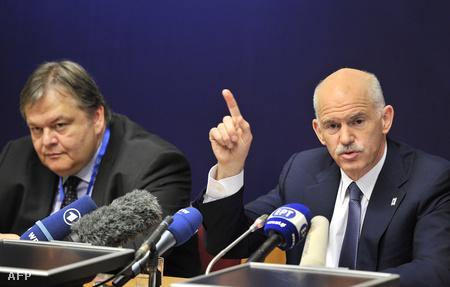 A görög miniszterelnök, Jeórjiosz Papandréu, mellette pénzügyminisztere, Evángelos Venizélos