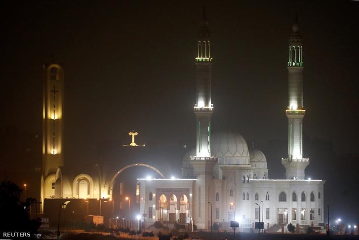 Illusztráció! Egy mecset minaretje és egy templom keresztje látható a képen, a vasárnapi kopt karácsonyi karácsony estén, Kairóban 2019. január 5-én