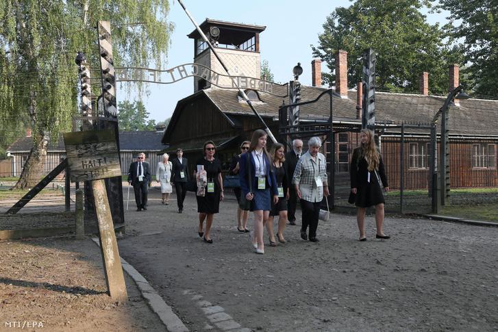Látogatók érkeznek az egykori auschwitz-birkenaui koncentrációs táborba a lengyelországi Oswiecimben