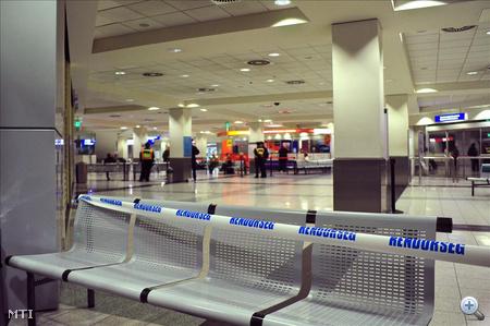 Rendőrségi kordon látható a Budapest Liszt Ferenc Nemzetközi Repülőtéren, ahová azokat a magyar turistákat várják, akiknek a turistabusza felborult Egyiptomban, a vörös-tengeri üdülőhely, Hurghada határában