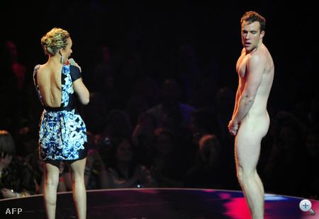 Hayden Panettiere és az ismeretlen farokvillantó az MTV EMA díjkiosztó színpadán, Belfastban