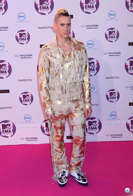 Ő Jeremy Scott, de nem zenél, hanem divatot tervez. Pontosabban ruhákat