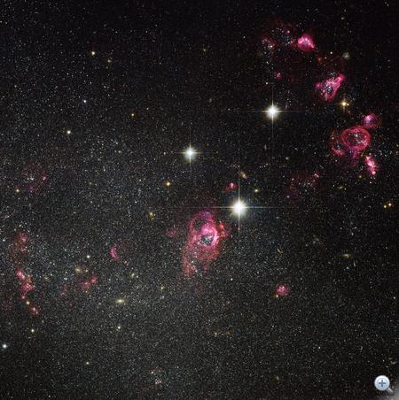 A Hubble-űrteleszkóp látható és közeli infravörös felvételeiből összeállított kép a Holmberg II irreguláris törpegalaxisról. A galaxisban több hatalmas gázbuborék figyelhető meg, melyek egykori szupernóva-robbanások maradványai