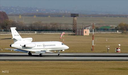 Leszáll a hurghadai buszbaleset sérültjeit szállító első repülőgép Budapesten