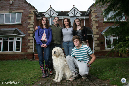 A másik lányuk Danni, 14 éves, fiuk, Curtis 16 éves, a kutya neve pedig George, de az ő korát nem tudjuk