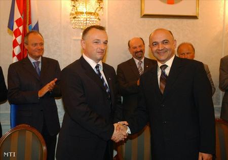 Zágráb, 2003. július 17. Medgyessy Péter magyar és Ivica Racan horvát miniszterelnök jelenlétében írták alá a MOL és a horvát INA együttműködési megállapodását, amelynek értelmében a MOL megvásárolta az INA 25 százalékos részvénycsomagját, így a magyar vállalat a régió legjelentősebb olajtársaságává lépett elő. A képen balról: Medgyessy Péter, Hernádi Zsolt, a MOL elnök-vezérigazgatója és Ljubo Jurcic horvát gazdasági miniszter.