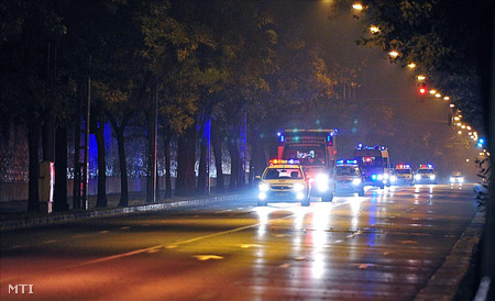 Budapest, 2011. november 10. Mentőautók szállítják kórházba rendőri felvezetéssel a sérülteket a Fiumei úton a Péterfy Sándor Utcai Kórház- Rendelőintézet és Baleseti Központ Fiumei úti épületébe.