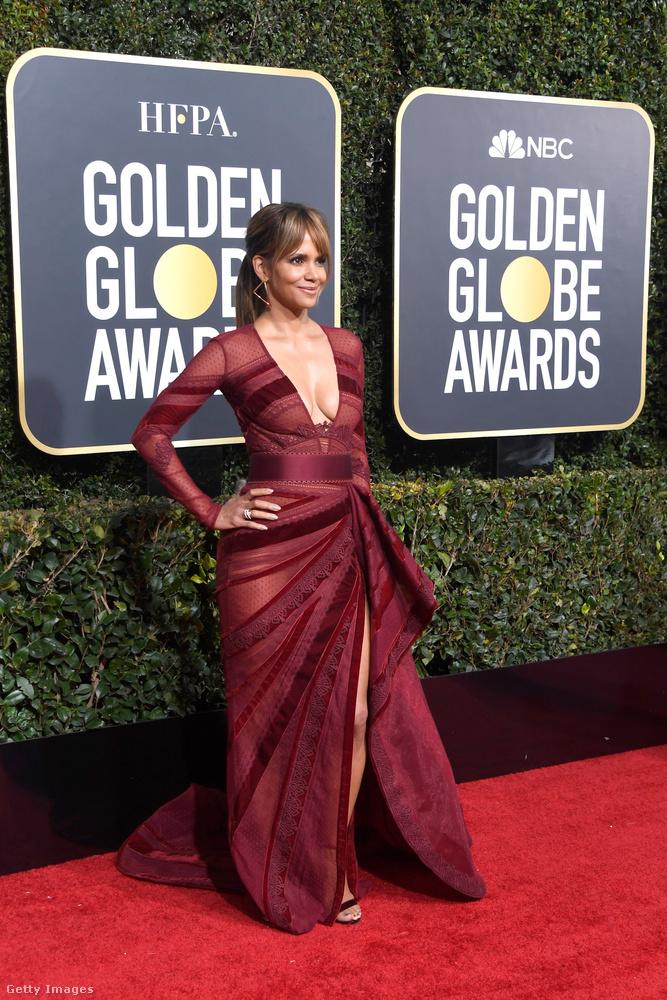 Az 52 éves (!) színésznő ugyanis ebben a ruhában jelent meg a díjátadón