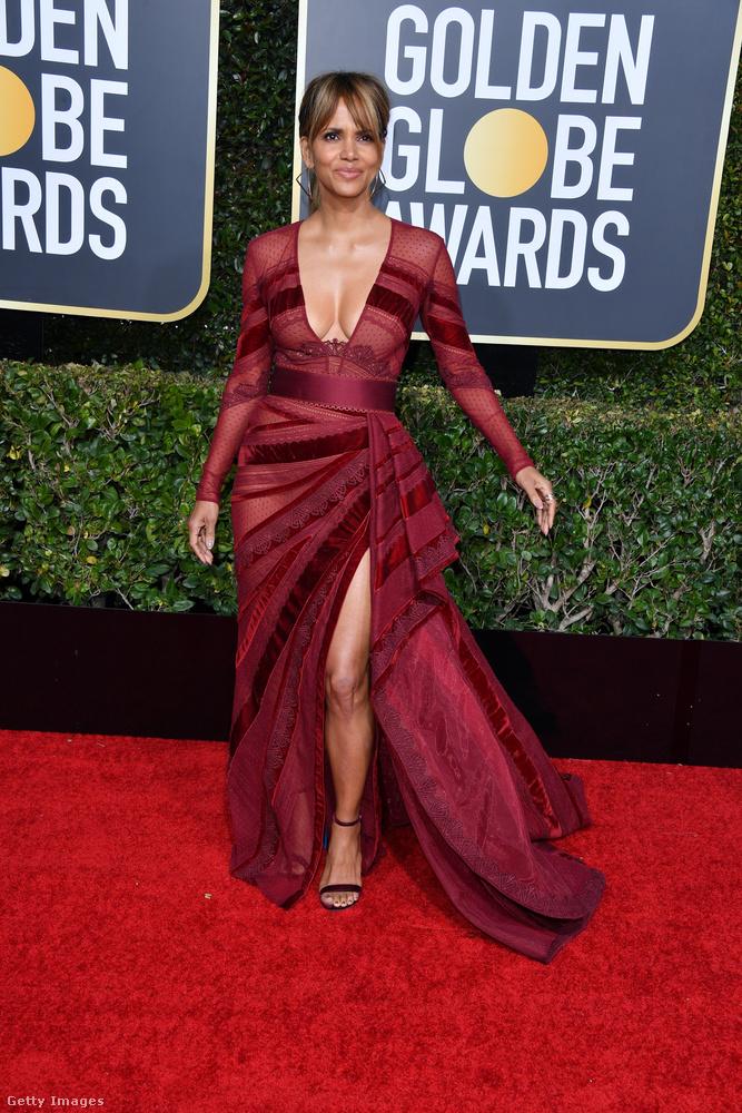Minket ez a ruha az áttetsző anyaga és a bordó színe miatt kicsit emlékeztet arra a legendás estélyire, amit Berry 2002-ben az Oscar-gálán viselt, amikor díjat is kapott.