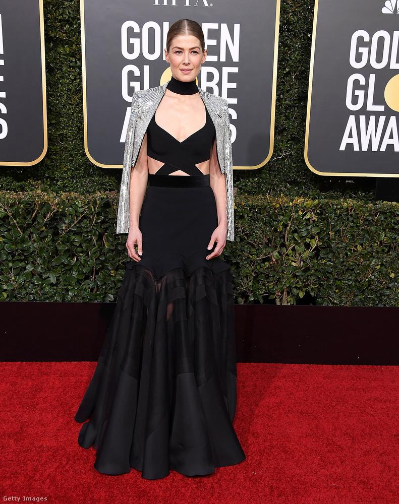 Rosamund Pike ebben a ruhában készült átvenni a legjobb női szerepért járó díjat, de végül nem az ő  - A Private War című filmben nyújtott - alakítása nyerte el a zsűri tetszését.