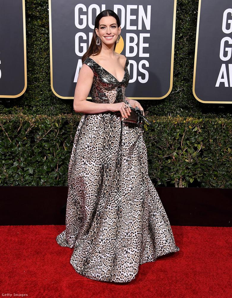 Anne Hathaway a tökéletes felsőt egy kevésbé hibátlan alsóval kompenzálta, de az összhatás így sem megy át negatívba.