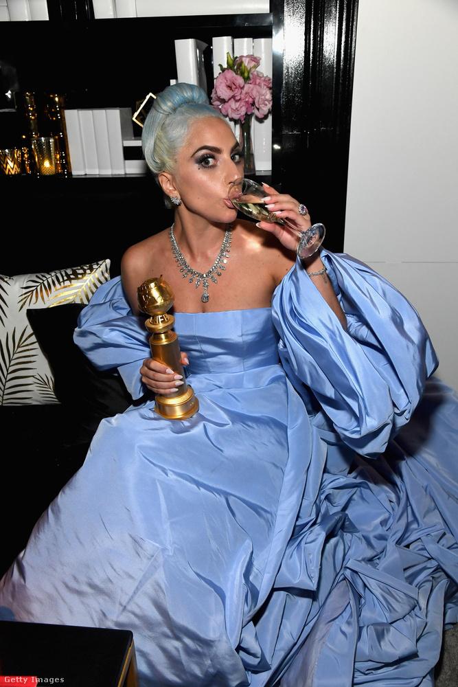 Lady Gaga a jól megérdemelt Golden Globe-jával a kezében pezsgőzik, miközben egy milliárd forint értékű ékszert visel.