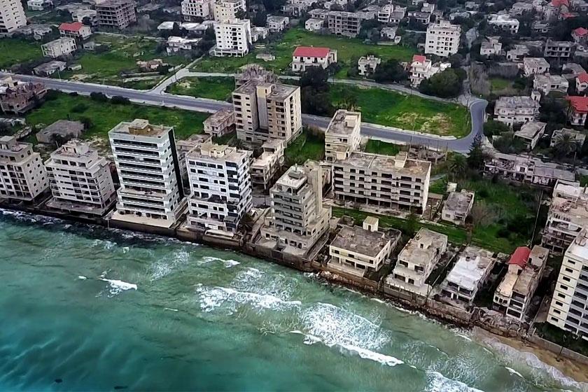 Észak-Ciprus Famagusta városának Varosha nevű része 1974 óta katonailag lezárt terület. A török megszállás előtt a városrész felkapott üdülőhely volt, ma kísértethoteleknek ad otthont.