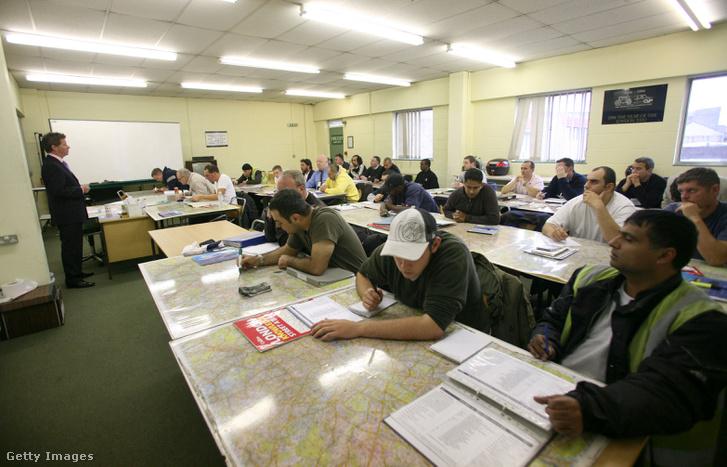 Taxivezető-tanulók órán, egy észak-londoni iskolában