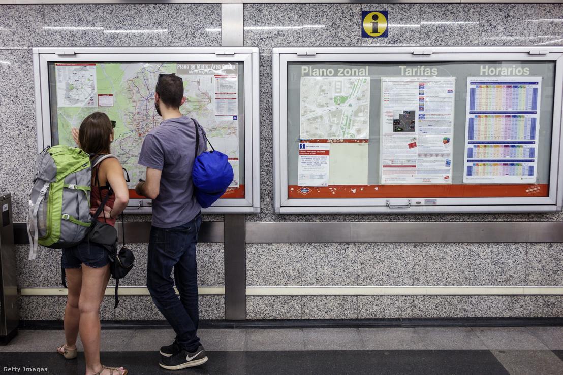 Egy pár térképet néz a Banco de Espana metróállomáson, Spanyolországban
