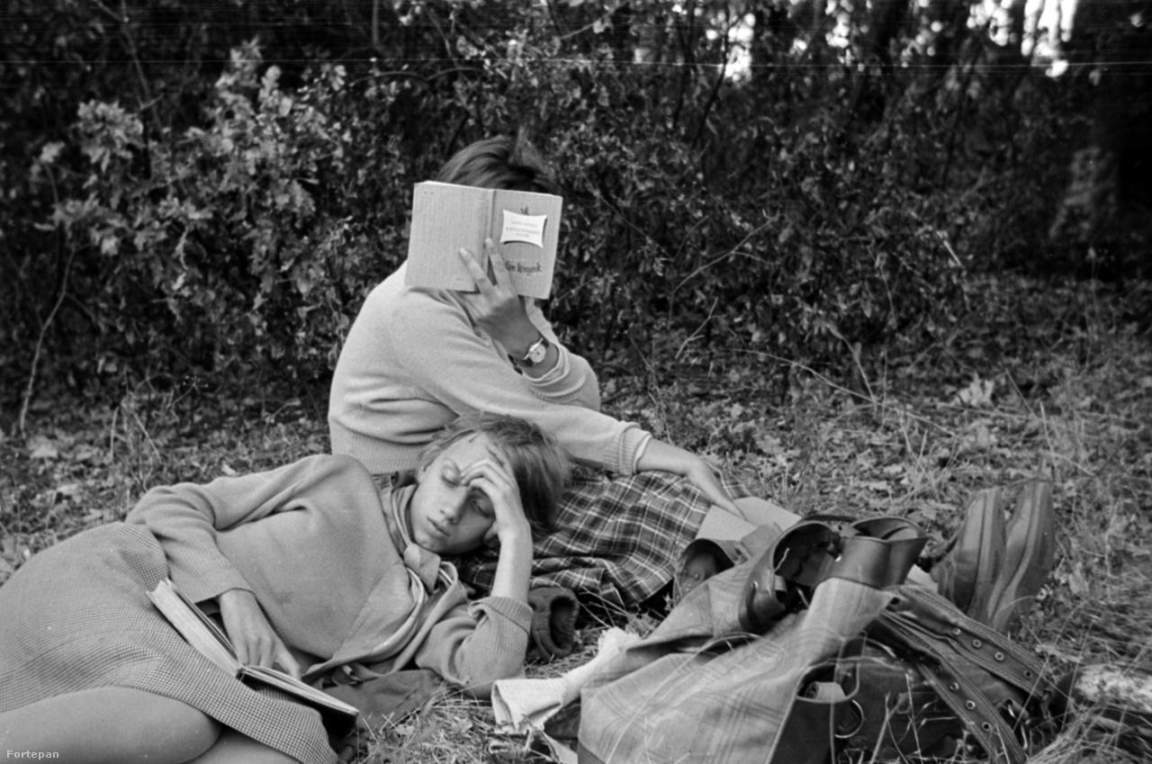 Barbjerik Dorottya és Judit,                          Barbjerik Ferenc két lánya 1961 körül. Judit olvas, Dorottya bújik.