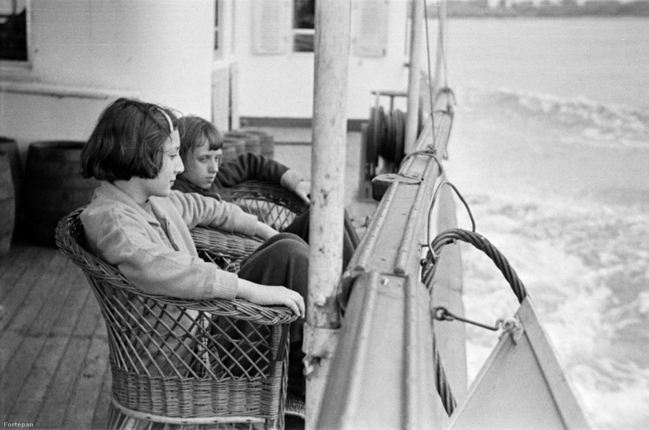 A jobb oldali kislány Barbjerik Judit, ötvenes évek.