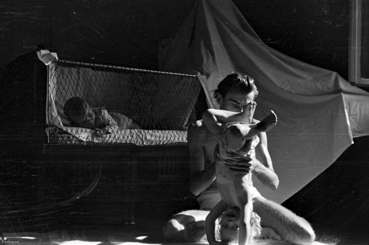 Barbjerik Ferenc a két lányával, 1949 végén a Dessewffy utcai lakásban.