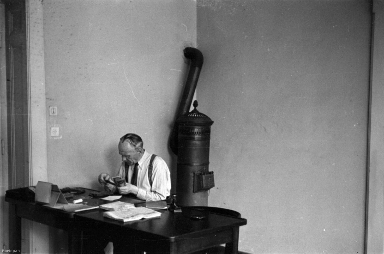 Pénzszámolás 1949-ben. A helyszín valószínűleg a MÚOSZ Andrássy úti irodája, ahol Barbjerik egészen nyugdíjazásáig dolgozott.