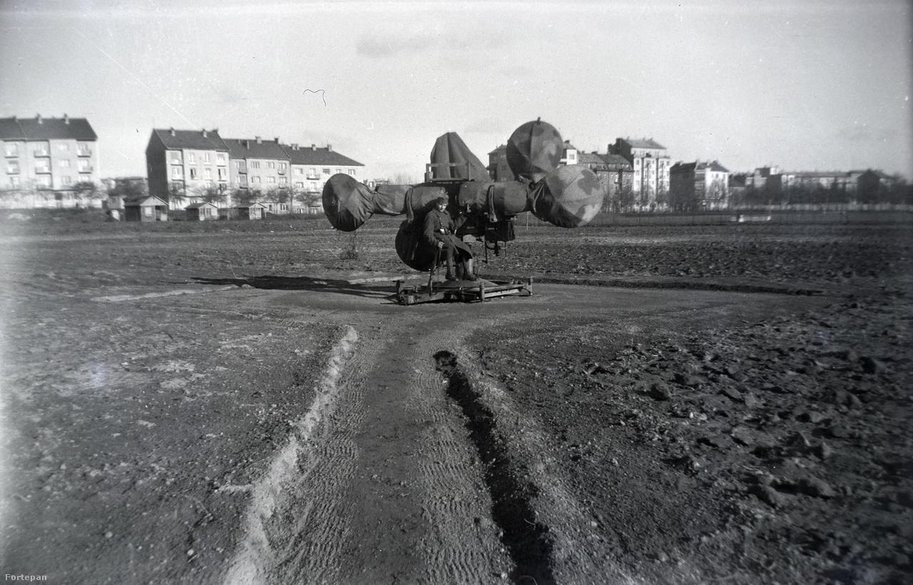 Légvédelmi fülelő berendezés a harmincas évekből a majdani Népstadion területén. A háttérben a Stefánia út házsorai.
