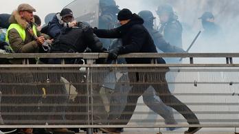 Egy volt profi bokszoló ütötte Párizsban a rohamrendőröket