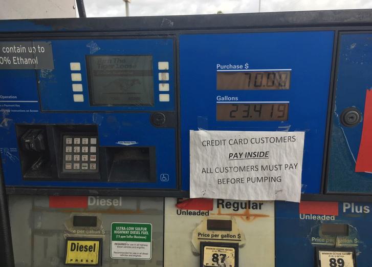 Ez itt épp egy olyan tankolóállomás, ahol gázolaj is van. Kétféleképp van ott a tankolás: az egyik, ha elfogadja kút a kártyát - ami debit vagy credit - akkor a tankolás előtt kell fizetni, de a tankolás végén vonja le a tankolt mennyiség értékében, a másik, hogy előre kifizetek egy adott összeget, pl 70 USD-t mint a képen is látszik és csak annyit tankolhatok. Nem úgy van mint itthon, hogy tankolok bármennyit és majd utána fizetek, hanem igazából előre kell fizetni