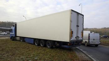 Tiltakoznak a belga kamionosok, amiért nem alhatnának a vezetőfülkében