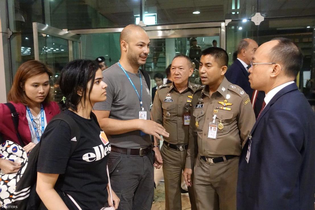Rahaf Mohammed al-Kunun a thai bevándorlási hatóságokkal, Bangkok belvárosában található hotelben 2019. január 7-én