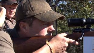 Stohl András lelőtt egy kafferbivalyt, majd örömében káromkodott és a puskáját rázta a feje fölött