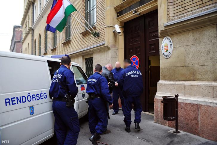 Rendőrök kísérnek egy gyanúsítottat a Nagy Ignác utcai Büntetés-végrehajtási Intézetbe.
