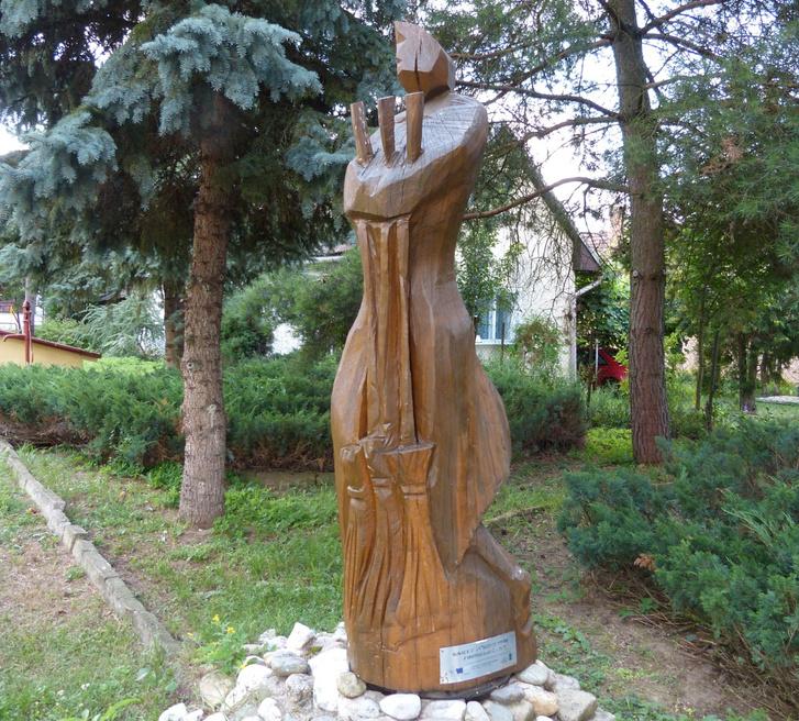 A vasorrú bába és a lány szobra Lekenyén. Miroslav Janič faragvány