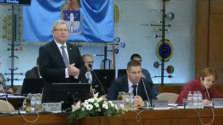 Képernyőkép az élő adásból: Molnár Miklóssal és Balassa Péter támogatásával meglepetés született a közgyűlésben