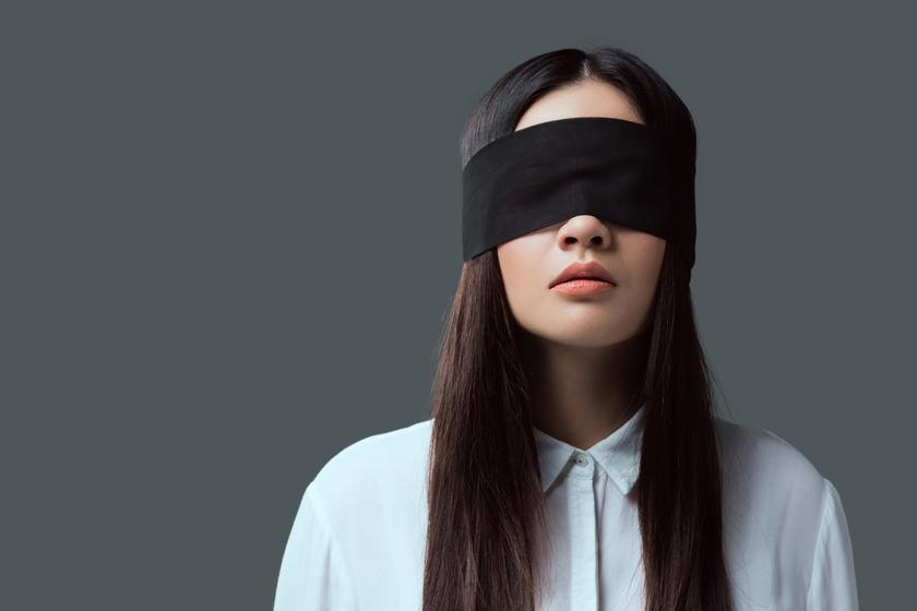 nő vak bekötött szemek