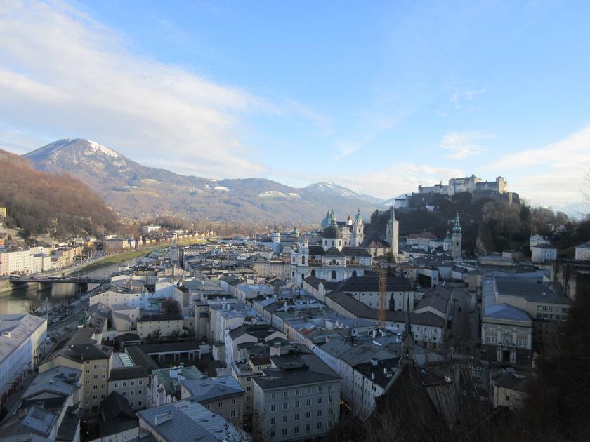A salzburgi Mönchsberg hegyről páratlan kilátás nyílik a belvárosra, a hegyekre és a várra. A városnéző túrákból kihagyhatatlan helyszínre a hegy gyomrában visz fel a lift. Itt található a Modern Múzeum is.