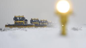 Fennakadásokat okozott a havazás a légi és a földi közlekedésben