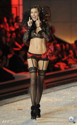 Adriana Lima üdvözli önt a Victoria's Secret 2011-es bemutatóján