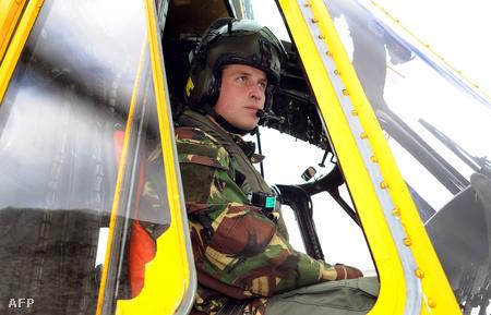 2011. márciusi kép: Vilmos herceg gyakorlaton, egy Sea King helikopter pilótafülkéjében